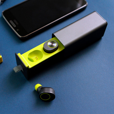 Audífonos inalámbricos bluetooth con estuche metálico rectangular para carga y funciòn de manos libres.